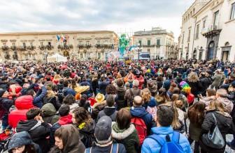 MASCHERE, MUSICA E LE MERAVIGLIE DI CARTAPESTA: IL CARNEVALE DI ACIREALE ENTRA NEL CUORE DELLA FESTA